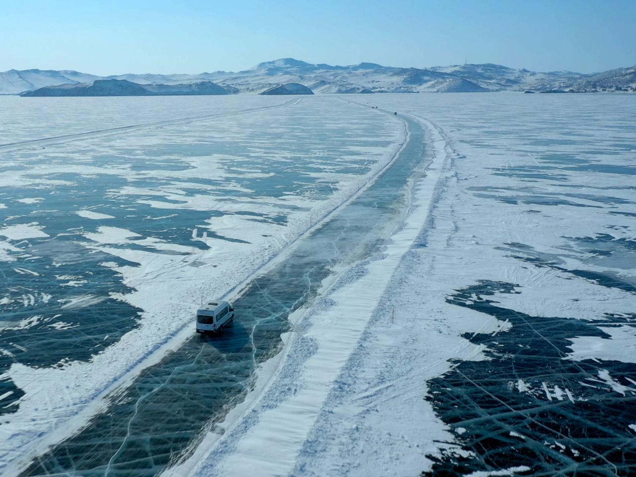 Дорога по льду Байкала
